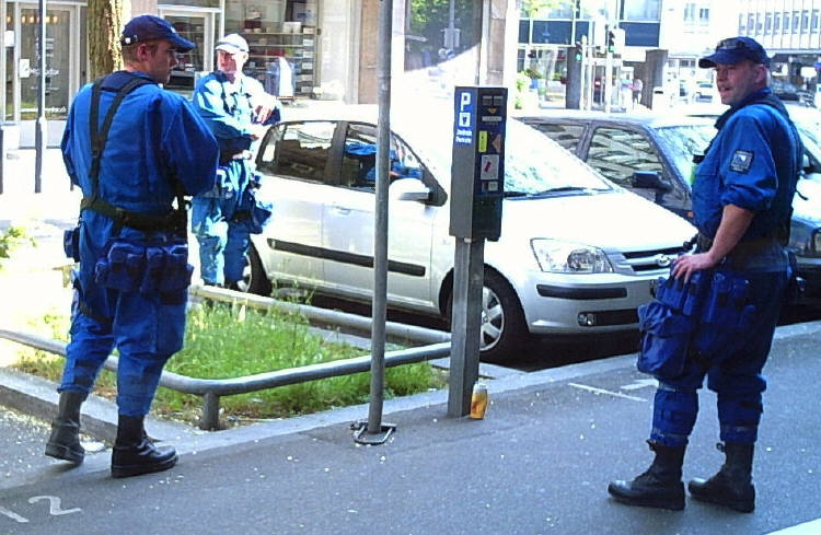 RIOT COPS IN ZURICH SWITZERLAND. STADTPOLIZEI ZÜRICH IN KAMPFUNIFORM 1. MAI 2007