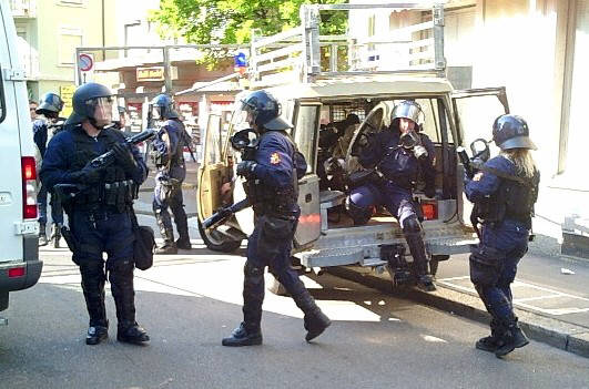 RIOT POLICE IN ZURICH SWITZERLALND. Szenen wie in Nordirland. Polizei in Zürich am 1. Ma<i 2007. Achtung, Achtung. Auf Grund der verschärften Sicherheitslage benötigen alle Einwohner-innen ab sofort einen Biometrik-Pass. MÜLLERSTRASSE ZÜRICH AUSSERSIHL KREIS 4