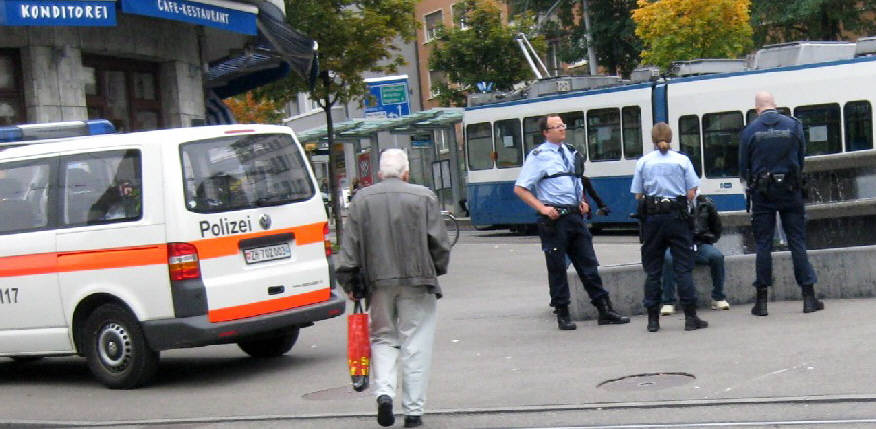 STADTPOLIZEI ZÜRICH. FESTNAHME EINES SCHWARZEN AM SCHAFFHAUSERPLATZ 2010. POLICE BUST IN ZURICH SWITZERLAND. 2010. COPS HASSLED A BLACK MAN, THEN SENT FOR REINFORCEMENT AND ARRESTED HIM